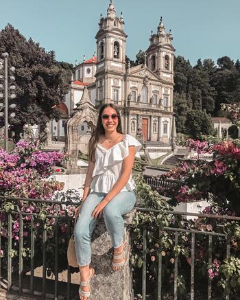 travel creator Clara Fernandes being photographed